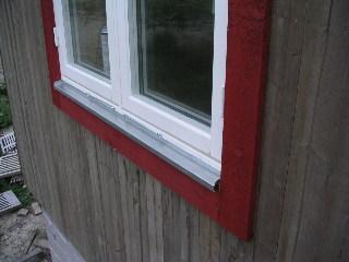 Montera fönsterbleck över fönster